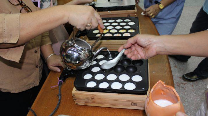 """1 ส.ค. 2556 สัปดาห์ห้องสมุด กิจกรรมสาธิตทำอาหาร """"ขนมโบราณแบบไทย ไทย : ขนมครก"""""""