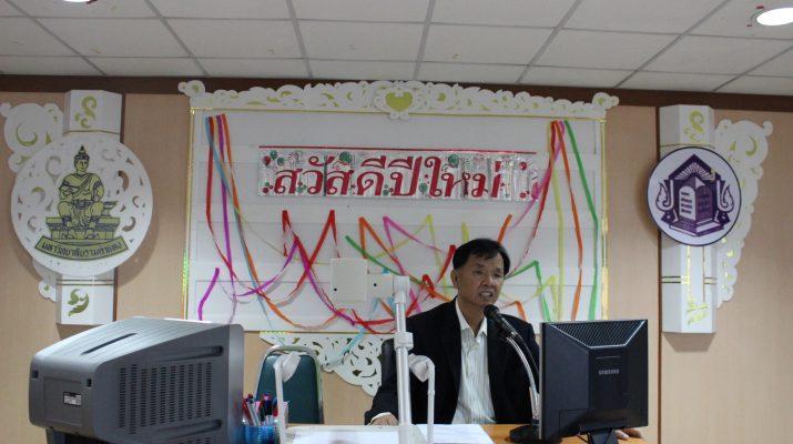 ภาพผู้อำนวยการสำนักหอลาง ผศ. พรชัย จิตต์พานิชย์ ชี้แจงในที่ประชุม (6 ม.ค. 2557)