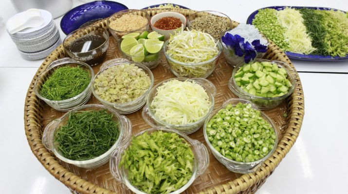 """ภาพสาธิตการทำอาหารเพื่อสุขภาพ """"ข้าวยำปักษ์ใต้"""" (31 ก.ค. 2557)"""