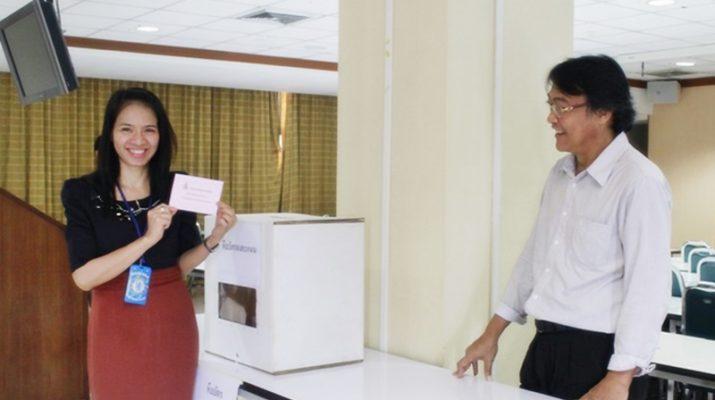 ภาพบุคลากรสำนักหอสมุดกลาง เข้าร่วมลงคะแนนสรรหาผู้อำนวยการสำนักหอสมุดกลาง
