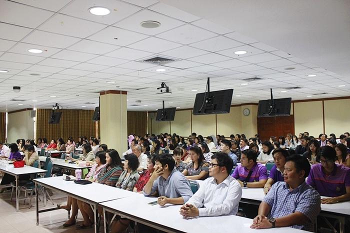 ภาพบุคลากรสำนักหอสมุดทุกท่านร่วมรับฟังแนวนโยบายการบริหาร ปีงบประมาณ 2560