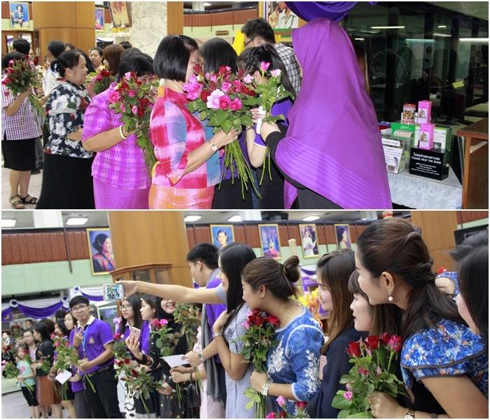 ภาพบุคลากรสำนักหอสมุดกลาง ยืนเป็นแถวหน้ากระดานรอมอบดอกไม้ให้กับผู้เกษียณทุกท่าน