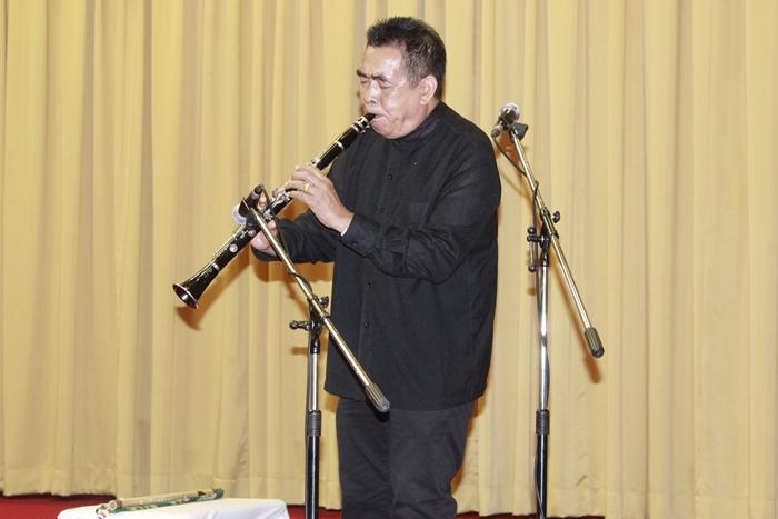"""อาจารย์ธนิสร์ ศรีกลิ่นดี ศิลปินชั้นครูด้านดนตรีไทย ร่วมบรรเลงเพลงถวายความอาลัยในบทเพลงพระราชนิพนธ์ """"แสงเทียน"""" และ """"ความฝันอันสูงสุด"""""""