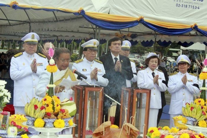 ภาพนายวิรัช ชินวินิจกุล นายกสภามหาวิทยาลัยรามคำแหง เป็นประธานในพิธีวางพานพุ่มสักการะ ณ ลานพระบรมราชานุสาวรีย์พ่อขุนรามคำแหงมหาราช (17 ม.ค. 2560)