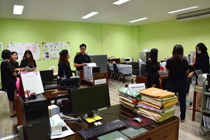 ภาพผู้ตรวจ 5 ส กำลังตรวจพื้นที่ งาน e-book