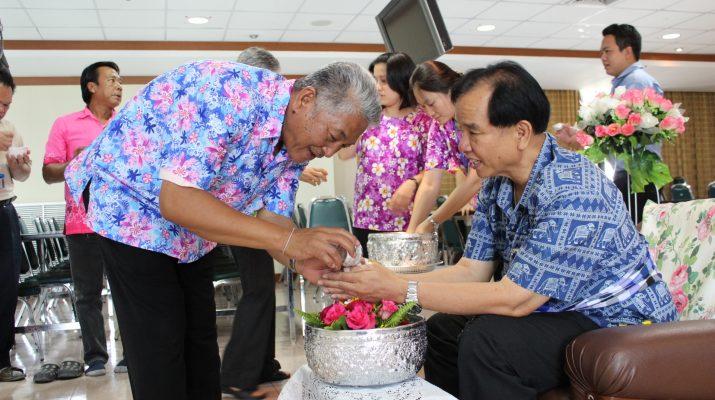 10 เม.ย. 2557 สำนักหอสมุดกลางจัดให้มีการรดน้ำขอพรผู้อำนวยการสำนักหอสมุดกลาง