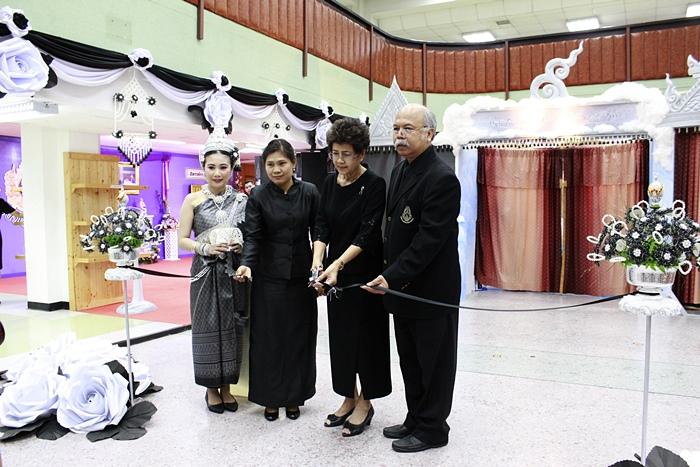 ภาพรองศาสตราจารย์ ดร.นวลละออ แสงสุข รองอธิการบดี ฝ่ายศิลปวัฒนธรรม เป็นประธานเปิดงาน (24 เม.ย. 2560)
