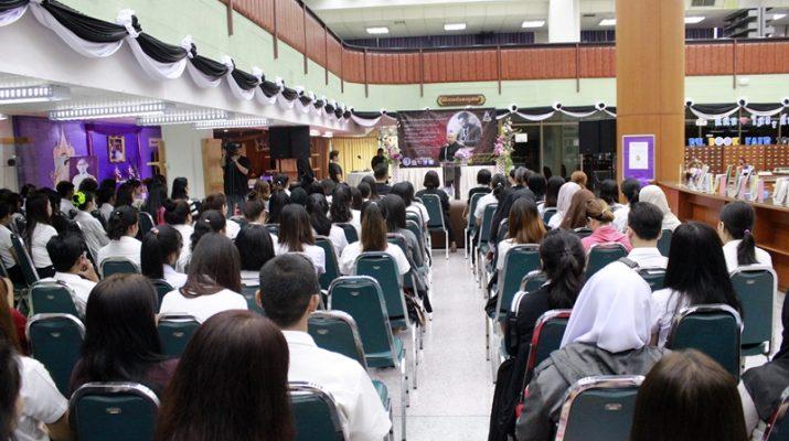 ภาพพิธีเปิดงาน RU BOOK FAIR 2017 : เปิดมุมมองใหม่แห่งการเรียนรู้ โดยมี รศ. ทศพร คล้ายอุดม ผู้อำนวยการสำนักหอสมุดกลาง เป็นประธานในพิธี (17 พฤษภาคม 2560)