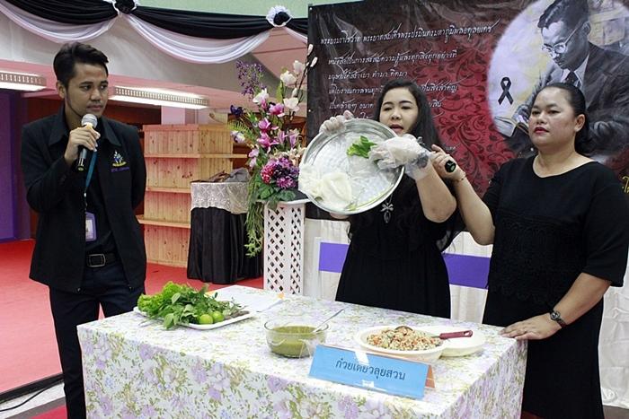 """ภาพกิจกรรม Cook It Yourself : CIY """"เมนูก๋วยเตี๋ยวลุยสวน"""" ง่าย ๆ ดีต่อสุขภาพ ดีต่อใจ วิทยากรโดย คุณภัคธีมา พงศ์วุฒิศักดิ์และคณะ (18 พฤษภาคม 2560)"""