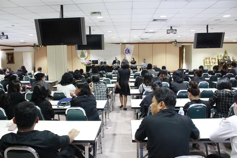 ภาพบุคลากรสำนักหอสมุดกลางทุกท่าน ร่วมประชุมรับฟังนโยบายและแนวทางปฏิบัติราชการจากทีมผู้บริหาร (5 มิ.ย. 2560)