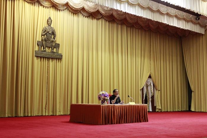 ภาพผู้ช่วยศาสตราจารย์วุฒิศักดิ์ ลาภเจริญทรัพย์ อธิการบดีมหาวิทยาลัยรามคำแหง ชี้แจงเกี่ยวกับการปฏิบัติงานในพิธีพระราชทานปริญญาบัตร รุ่นที่ 42