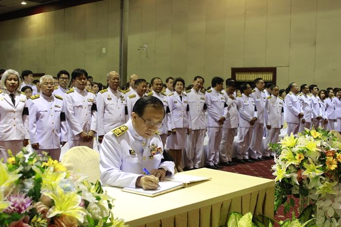 ภาพผู้ช่วยศาสตราจารย์ วุฒิศักดิ์ ลาภเจริญทรัพย์ อธิการบดีมหาวิทยาลัยรามคำแหงเป็นประธานในพิธีพิธีฯ และลงนามถวายพระพร