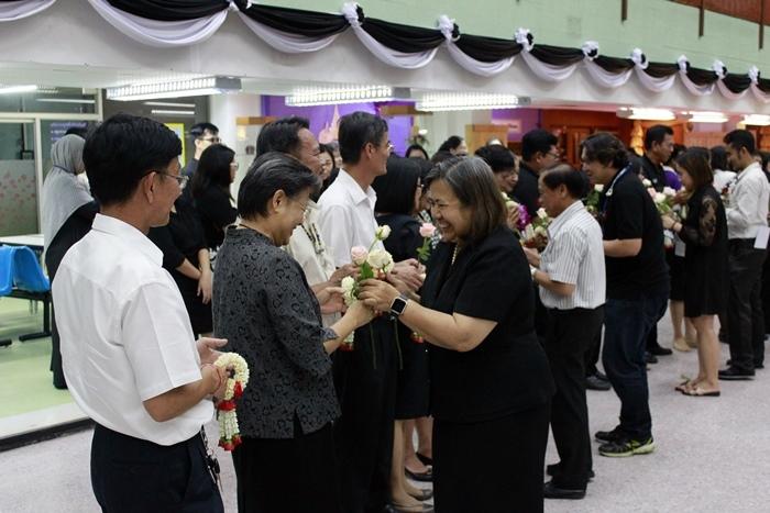ภาพรองศาสตราจารย์ ปิยะนุช เงินคล้าย รักษาราชการแทนผู้อำนวยการสำนักหอสมุดกลางนำผู้บริหารและบุคลากรสำนักหอสมุดกลางทุกท่าน ร่วมพิธีมอบดอกไม้