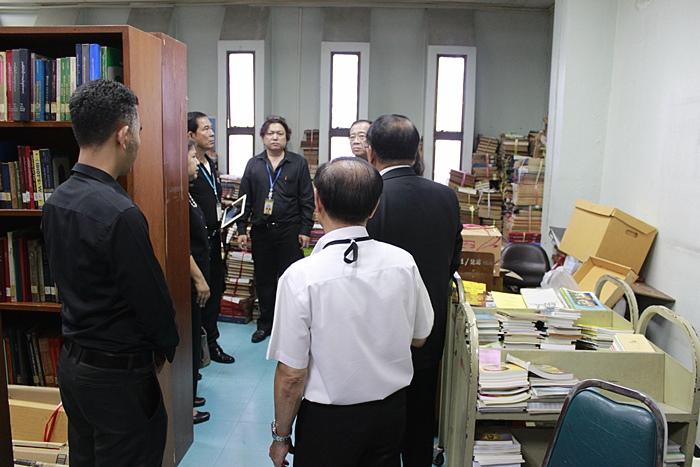 ภาพผู้ช่วยศาสตราจารย์วุฒิศักดิ์ ลาภเจริญทรัพย์ อธิการบดีมหาวิทยาลัยรามคำแหง และคณะ ตรวจสภาพห้องเก็บหนังสือเก่า