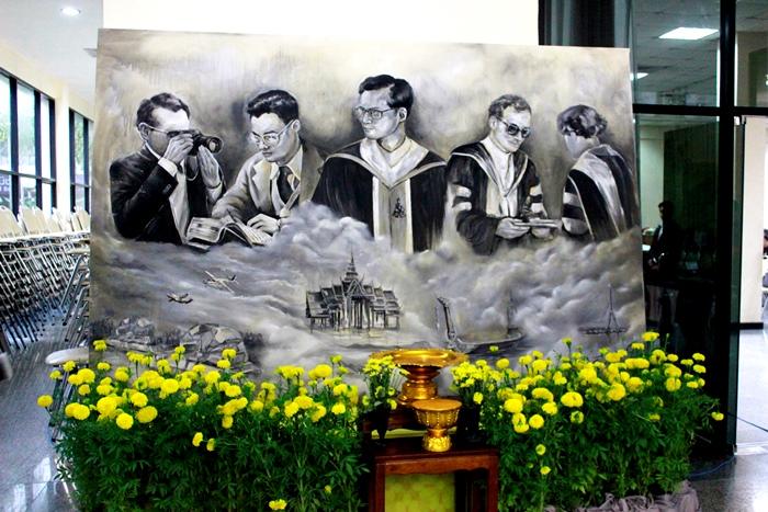 ภาพพระบรมฉายาสาทิสลักษณ์เกี่ยวกับมหาวิทยาลัยรามคำแหง ฝีมือวาดภาพจากนักศึกษาคณะสื่อสารมวลชนและชมรมวาดภาพมหาวิทยาลัยรามคำแหงจำนวน 8 คน