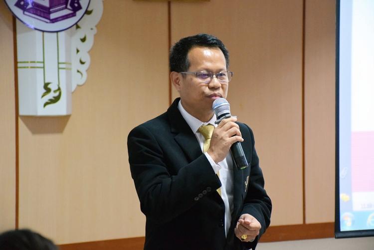 """ภาพนายวีระพันธ์ ชมพูแดง ผู้อำนวยการสำนักวิทยบริการและเทคโลโลยีสารสนเทศ มหาวิทยาลัยสวนดุสิต บรรยาย เรื่อง """"ห้องสมุดมหาวิทยาลัยไทยในยุค 4.0 ในทัศนะผู้บริหาร"""""""
