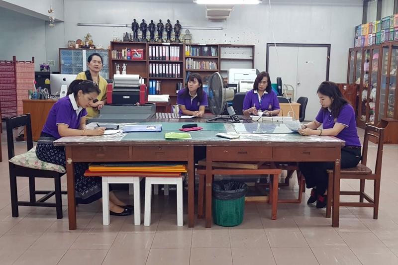 ภาพกลุ่มคณะกรรมการตรวจประเมินพื้นที่การดำเนินกิจกรรม 5 ส กำลังตรวจเยี่ยมพื้นที่ Media 3 (ชั้น 4 อาคาร 3 ฝ่ายเทคโนโลยีห้องสมุด)