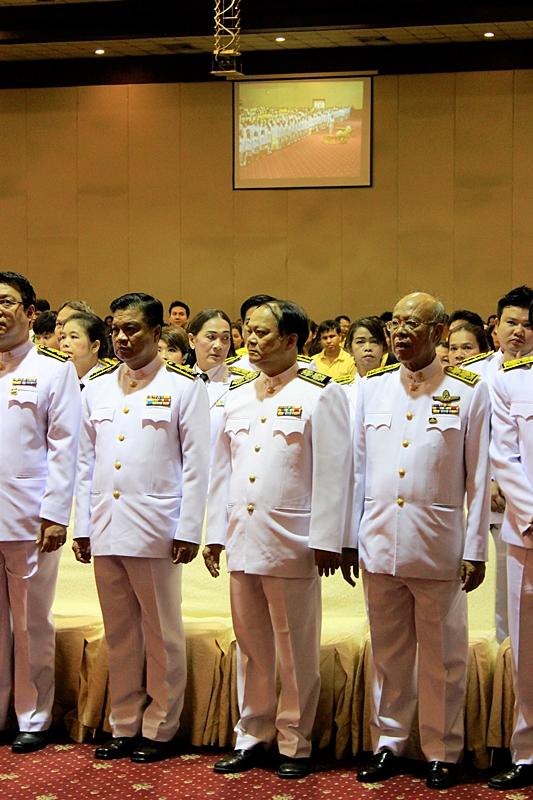 ภาพผู้ช่วยศาสตราจารย์ ดร.บุญชาล ทองประยูร รักษาราชการแทนผู้อำนวยการสำนักหอสมุดกลางนำบุคลากรสำนักหอสมุดกลาง (คนกลาง) ร่วมพิธีถวายสัตย์ปฏิญาณเพื่อเป็นข้าราชการที่ดีและพลังของแผ่นดิน