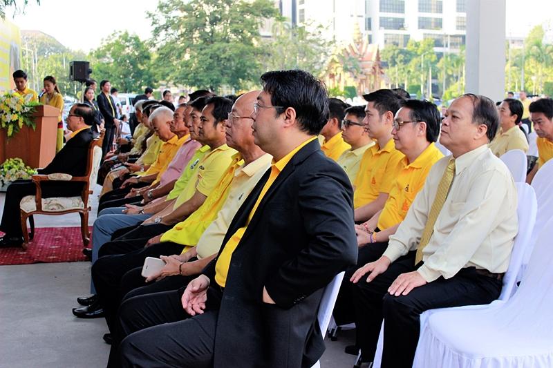 ภาพผู้ช่วยศาสตราจารย์ ดร.บุญชาล ทองประยูร รักษาราชการแทนผู้อำนวยการสำนักหอสมุดกลาง นำบุคลากรสำนักหอสมุดกลางร่วมพิธีทำบุญตักบาตรถวายพระราชกุศลฯ