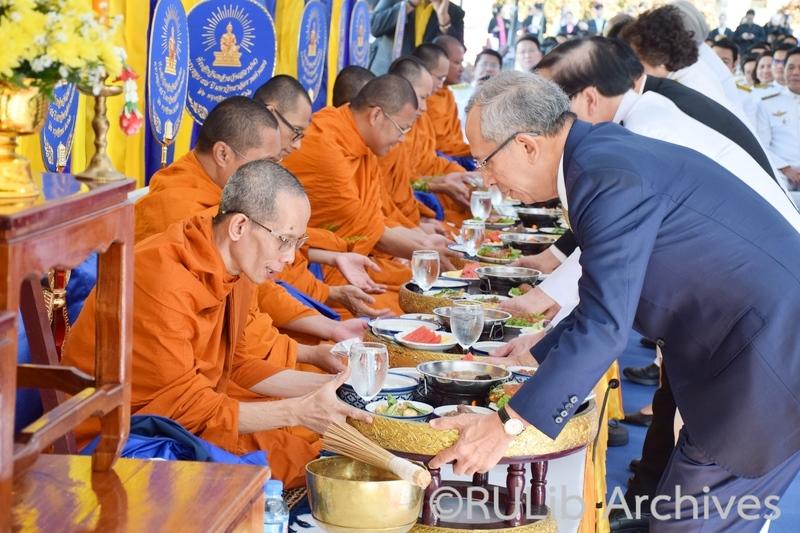 ประธานในพิธี อธิการบดีและผู้บริหารมหาวิทยาลัย ถวายเครื่องไทยธรรม ถวายภัตตาหารแด่พระภิกษุสงฆ์ จำนวน 9 รูป