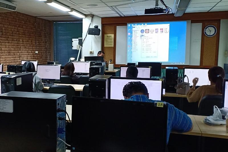 """ภาพบรรยากาศการบรรยาย โครงการอบรมเชิงปฏิบัติการ เรื่อง """"การผลิตสื่อส่งเสริมการบริการด้วยโปรแกรมฟรีแวร์และโอเพนซอร์ส"""""""