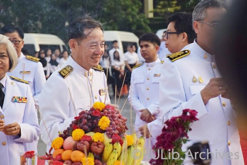 ภาพอาจารย์ว่าที่ร้อยตรี ดร.สมชัย อวเกียรติ ผู้อำนวยการสำนักหอสมุดกลางนำบุคลากรสำนักหอสมุดกลางร่วมพิธีในวันพ่อขุนรามคำแหงมหาราช  17 มกราคม 2563