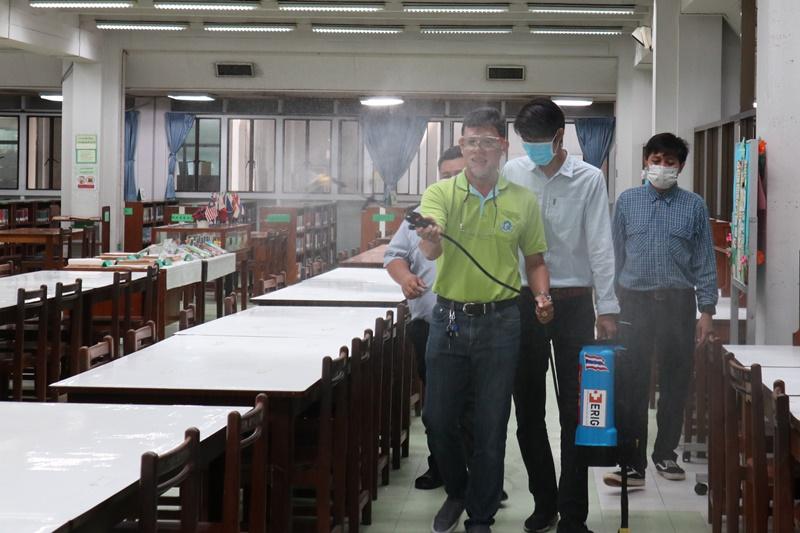 ภาพทีมพ่นน้ำยาฆ่าเชื้อในพื้นที่สำหรับให้บริการ