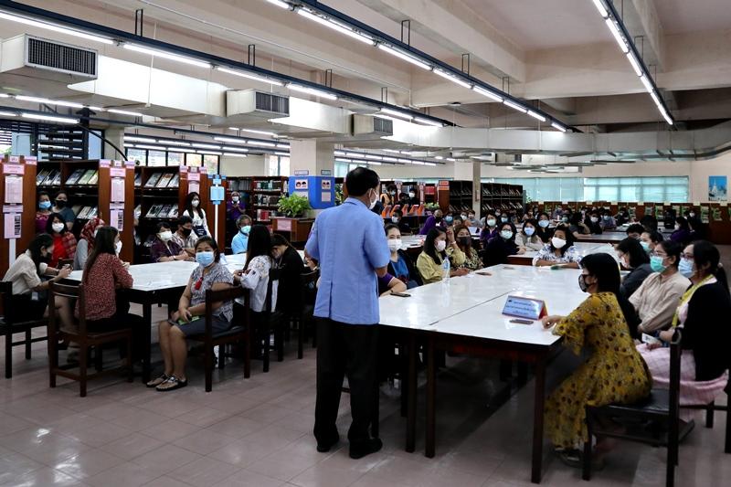ภาพอาจารย์ว่าที่ร้อยตรี ดร.สมชัย อวเกียรติ ผู้อำนวยการสำนักหอสมุดกลาง ชื้แจงนโยบายของมหาวิทยาลัยรามคำแหงในที่ประชุมสำนักหอสมุดกลาง