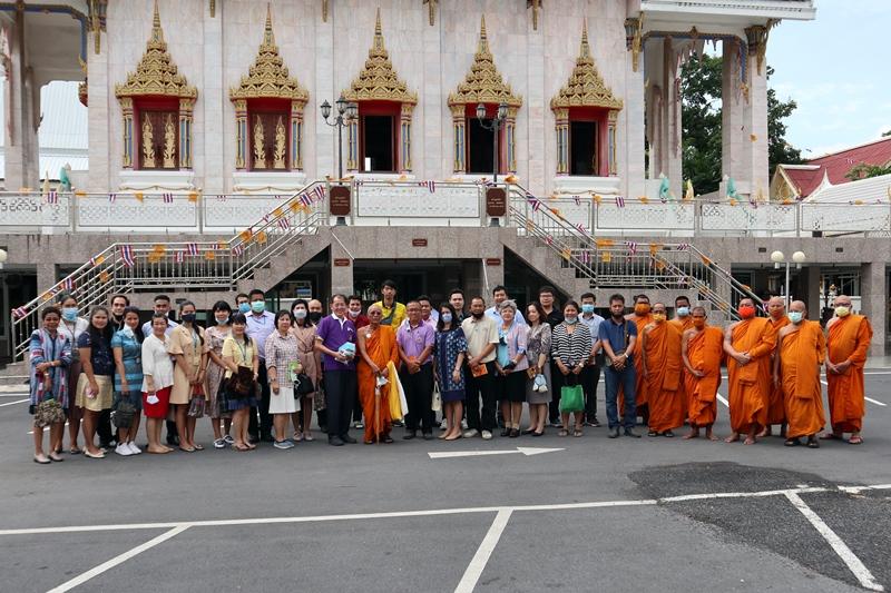 ภาพบุคลากรสำนักหอสมุดกลางถวายเทียนพรรษาและเครื่องไทยธรรม เนื่องในเทศกาลวันเข้าพรรษา