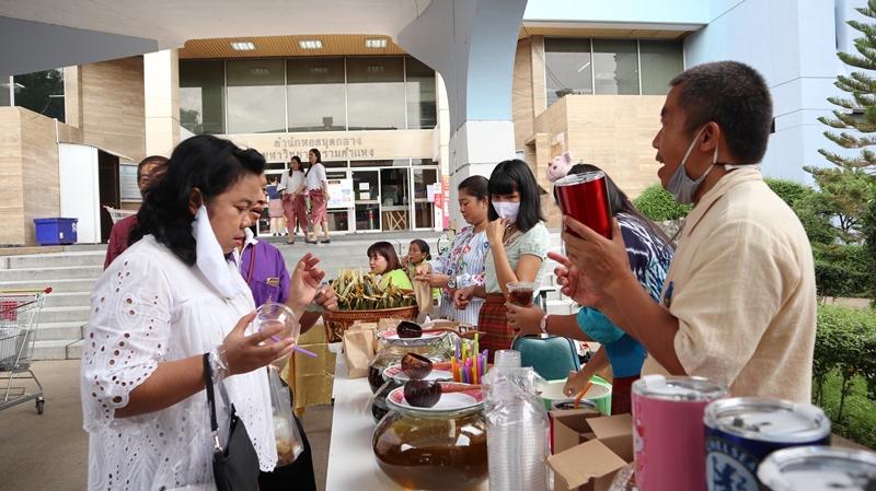 """ภาพบรรยากาศตลาดนัดย้อนยุค """"นุ่งโจง ห่มผ้าไทย"""" ออกบูท โดยสำนักงานเลขานุการ"""