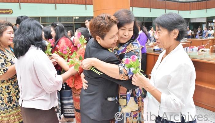 ภาพบุคลากรสำนักหอสมุดกลางร่วมกิจกรรมมอบดอกไม้อำลาแด่ผู้เกษียณอายุราชการ ประจำปี 2563