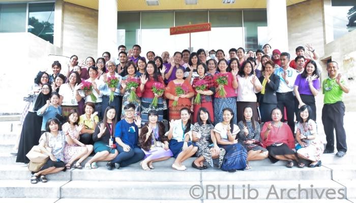 ภาพบุคลากรสำนักหอสมุดกลางร่วมกิจกรรมมอบดอกไม้อำลาแด่ผู้เกษียณอายุราชการ ประจำปี 2563 ภายนอกอาคาร