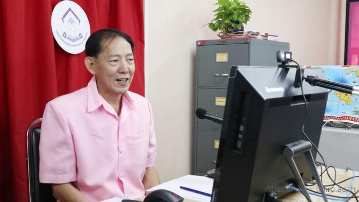 ภาพอาจารย์ว่าที่ร้อยตรี ดร.สมชัย อวเกียรติ ผู้อำนวยการสำนักหอสมุดกลาง กล่าวเปิดโครงการฝึกอบรมเชิงปฏิบัติการ เรื่อง การใช้งานระบบห้องสมุดอัตโนมัติ Sierra สำหรับผู้ปฏิบัติงานสาขาวิทยบริการเฉลิมพระเกียรติ