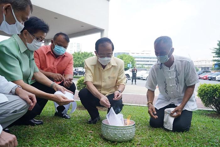 ภาพพิธีบังสุกุลอุทิศส่วนกุศลให้แก่ผู้บริหาร และบุคลากรมหาวิทยาลัยรามคำแหงผู้ล่วงลับไปแล้ว