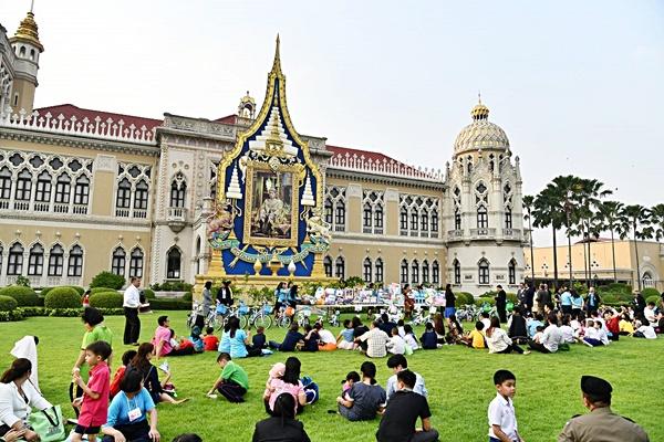 ภาพวันเด็กแห่งชาติ พ.ศ. 2563 ณ ทำเนียบรัฐบาล วันที่ 10 มกราคม พ.ศ. 2563 ถ่ายภาพโดย Trisorn Triboon ที่มา: https://th.wikipedia.org/wiki/วันเด็กแห่งชาติ_(ประเทศไทย)