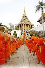 เดินขึ้นอุโบสถ ที่มา : http://thai.tourismthailand.org/