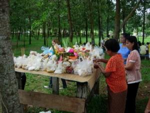 การตั้งเปรต ชาวบ้านจะทำอาหารอีกส่วนหนึ่งไปวางไว้บริเวณวัด