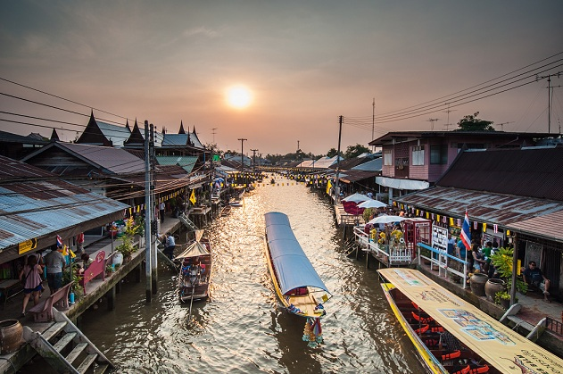 ภาพล่องเรือชมวิถีชีวิตชาวอัมพวา ที่มา : https://www.takemetour.com/article/amphawa-floating-market