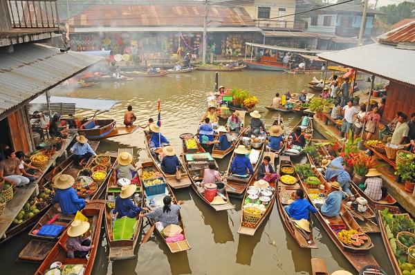 ภาพเรือขายของชาวบ้านอัมพวา ที่มา : https://travel.kapook.com/view140837.html