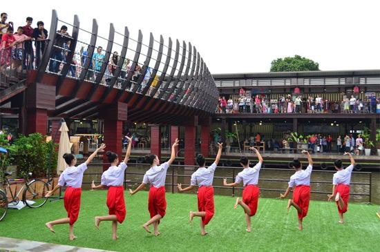 ภาพการแสดงรำไทย ที่มา : https://travel.mthai.com/blog/36020.html