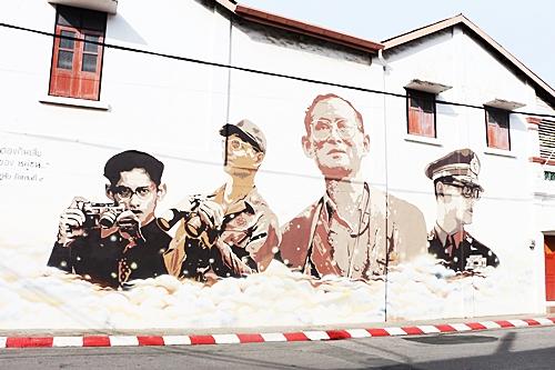 ภาพวาดพระบรมฉายาลักษณ์ในหลวง ร.9 บนผนังตึกริมถนนในเมืองภูเก็ต ถ่ายโดย ซอฟวณี หะยีสะเอะ
