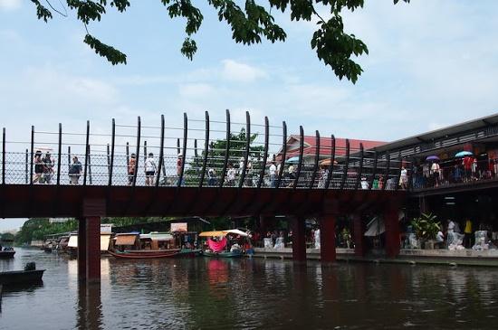 ภาพสะพานเชื่อมระหว่างวัดบำเพ็ญเหนือและวัดบางเพ็งใต้ ที่มา : http://thai4travel.blogspot.com/2012/10/