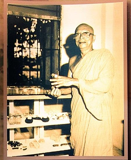 ภาพพระครูอาทรสังวรกิจที่จัดแสดงอยู่ในพิพิธภัณฑ์ ที่มา : http://www.manager.co.th