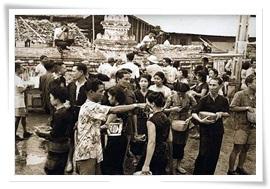 ภาพวัฒนธรรมประเพณีล้านนาในอดีต ภาพโดย วิกิพีเดีย สารานุกรมเสรี <br>ที่มา https://th.wikipedia.org/wiki/ปีใหม่เมือง