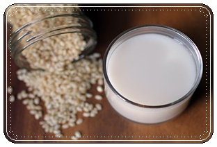 ภาพนมข้าว ภาพโดย MOLLY SHERIDAN ที่มา : https://www.seriouseats.com/2012/12/diy-how-to-make-rice-milk.html