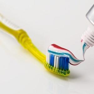 ภาพ แปรงสีฟัน ที่มา : https://pixabay.com/photos/toothbrush-toothpaste-dental-care-571741/