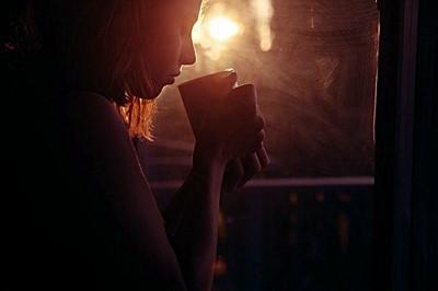 ภาพ woman drinking tea ที่มา : https://cdn.pixabay.com/photo/ 2015/07/29/00/10/girl-865304_960_720.jpg